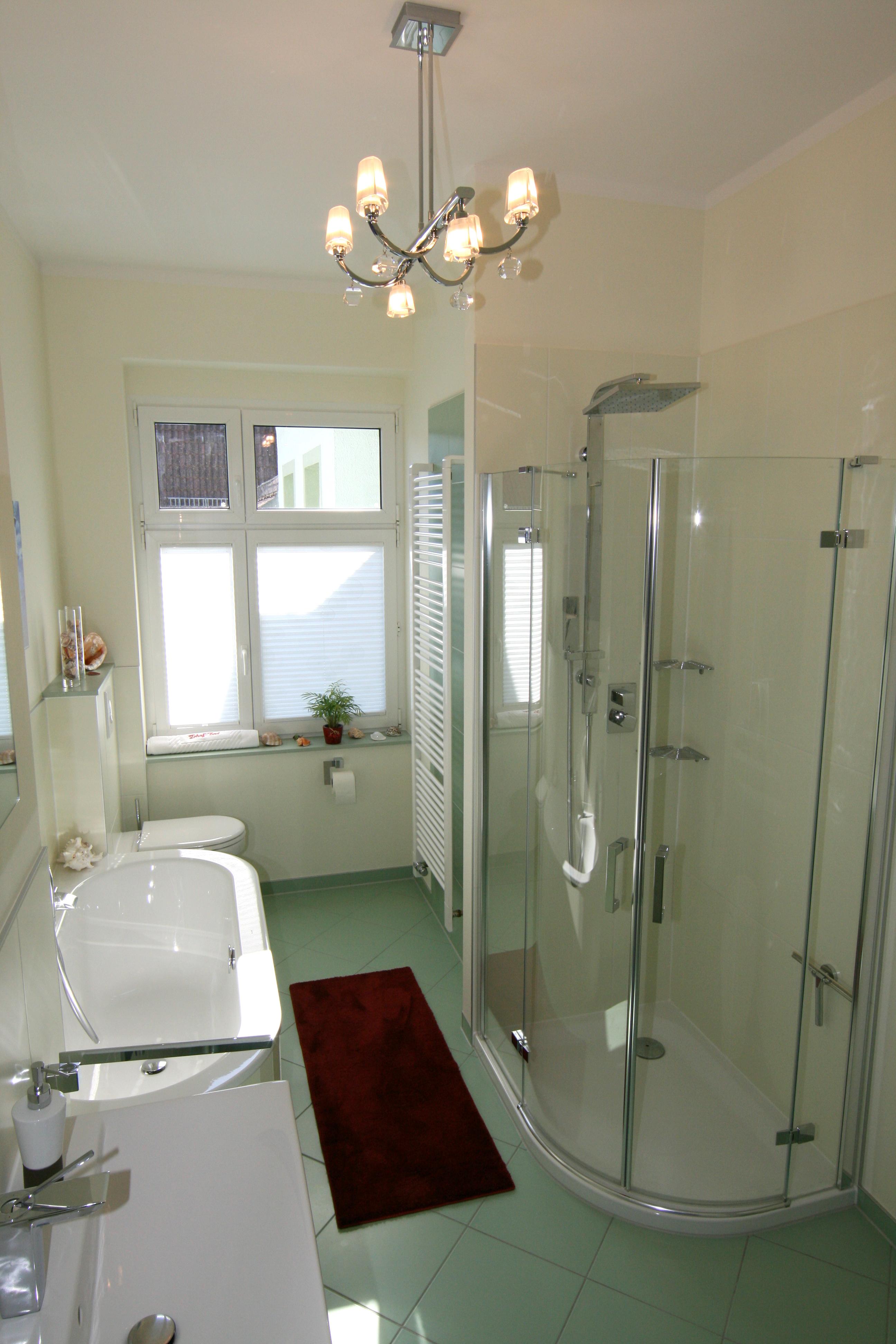Die Auswahl Glänzender Fliesen Weiten Optisch Den Raum Und Bringen  Zusätzlich Brillanz In`s Bad.