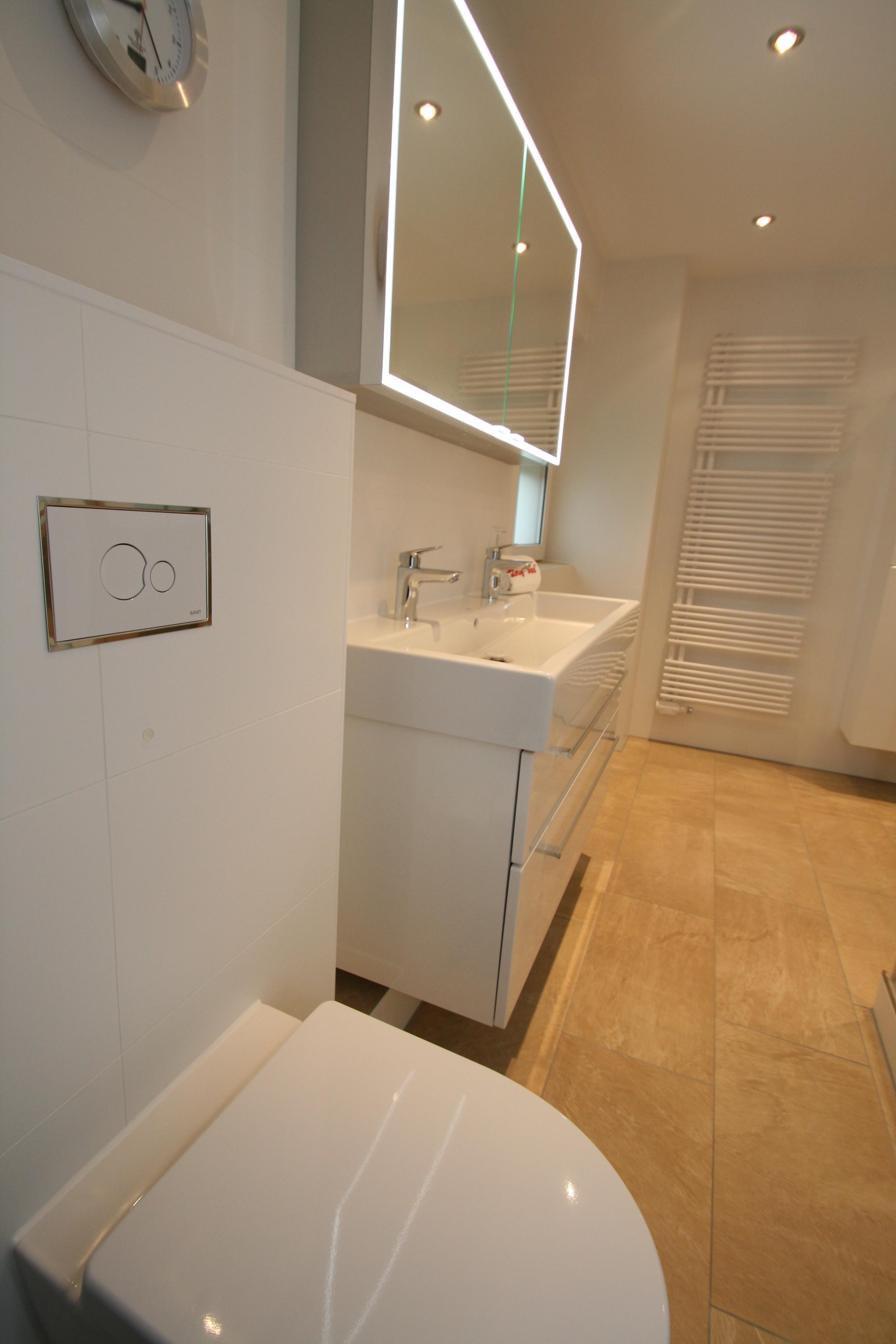 Die Gestaltung Im Gesamten Badezimmer, Sowie Im Gäste WC Ist Schlicht  Gehalten. Mit Leichtem Kontrast Und Glänzenden Wandfliesenbelag, Die Eine  Edle ...